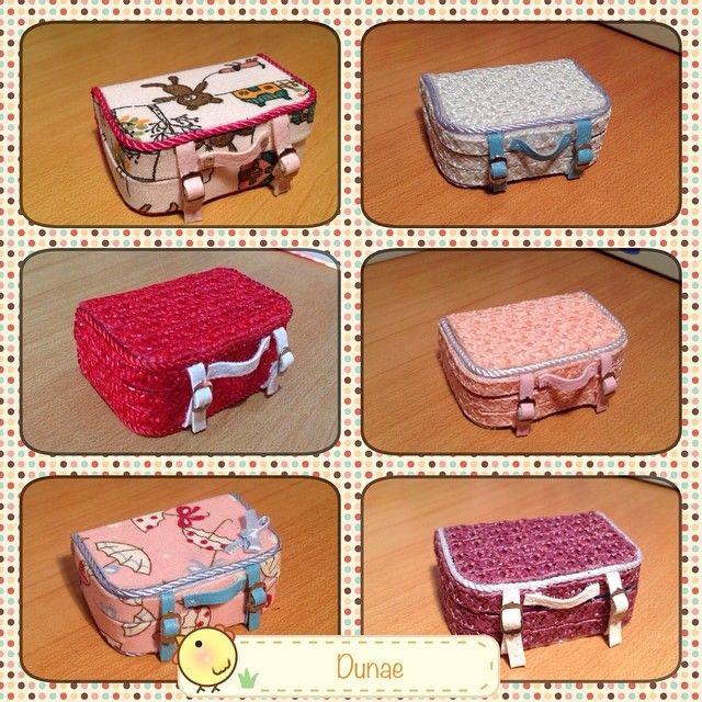He hecho estas maletitas para las muñecas. En mi etsy las puedes encontrar :D https://www.etsy.com/shop/Dunae #playkekas