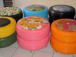 puffs em pneu, com aplicação de estofados e rodinhas.