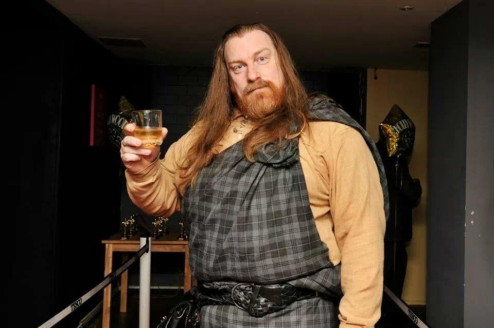 Enjoyin' a dram in Glesgae, wearin' a léine shirt an' fèileadh mòr.   Slàinte mhath!
