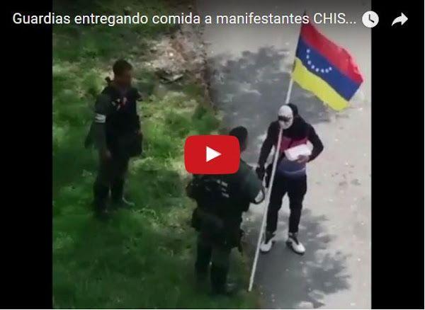 Guardias entregan comida a manifestantes a los que reprimen