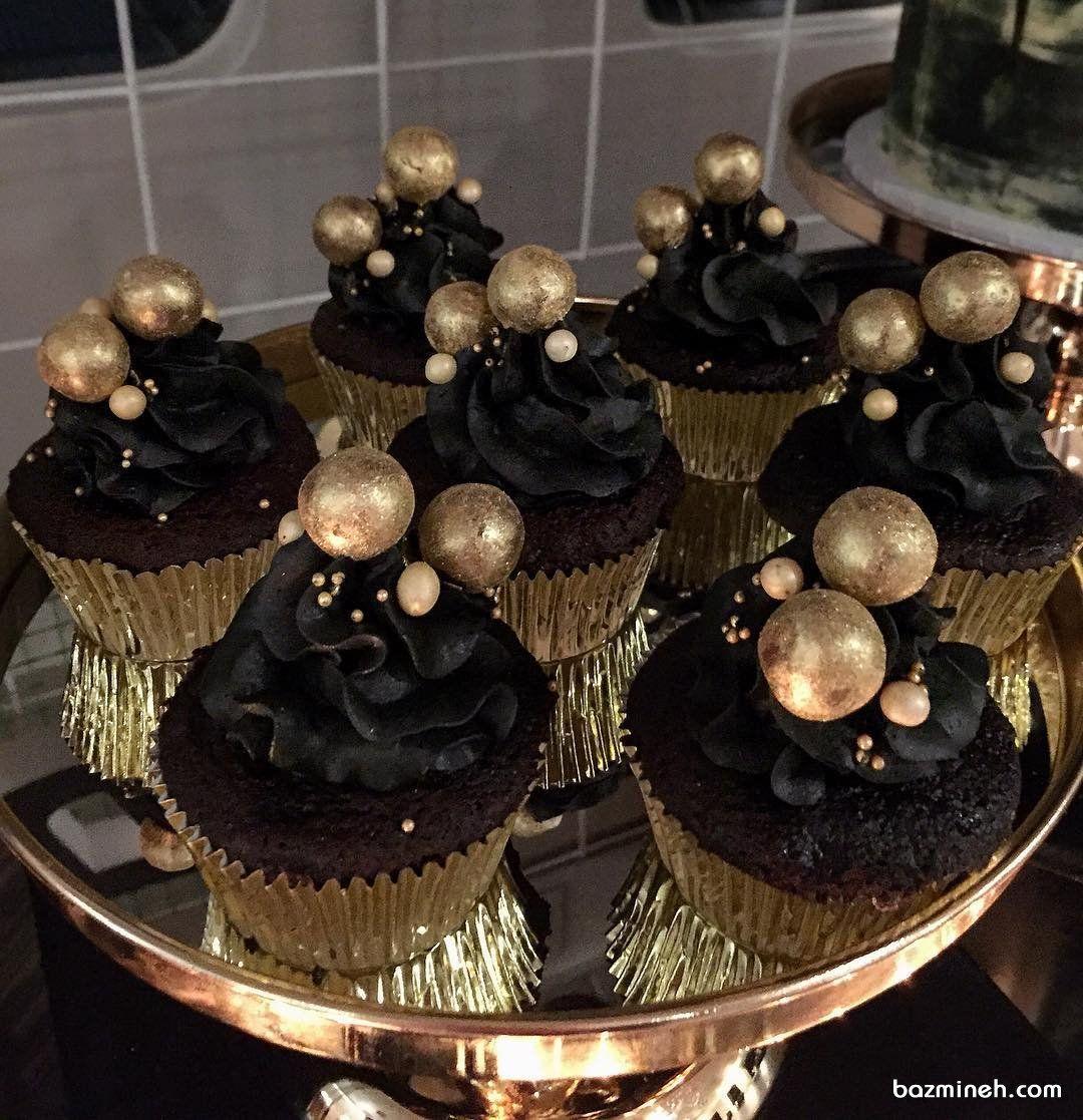 کاپ کیک های ساده و خوشمزه شکلاتی جشن تولد با تم قهوه ای طلایی Mini Cupcakes Food Desserts