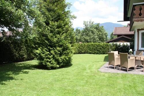 Ferienwohnungen Angelika Garmisch Partenkirchen Offering a garden, Ferienwohnungen Angelika offers accommodation in Garmisch-Partenkirchen. Museum Aschenbrenner is 1.1 km away.  Featuring a terrace, all units feature a seating and dining area.