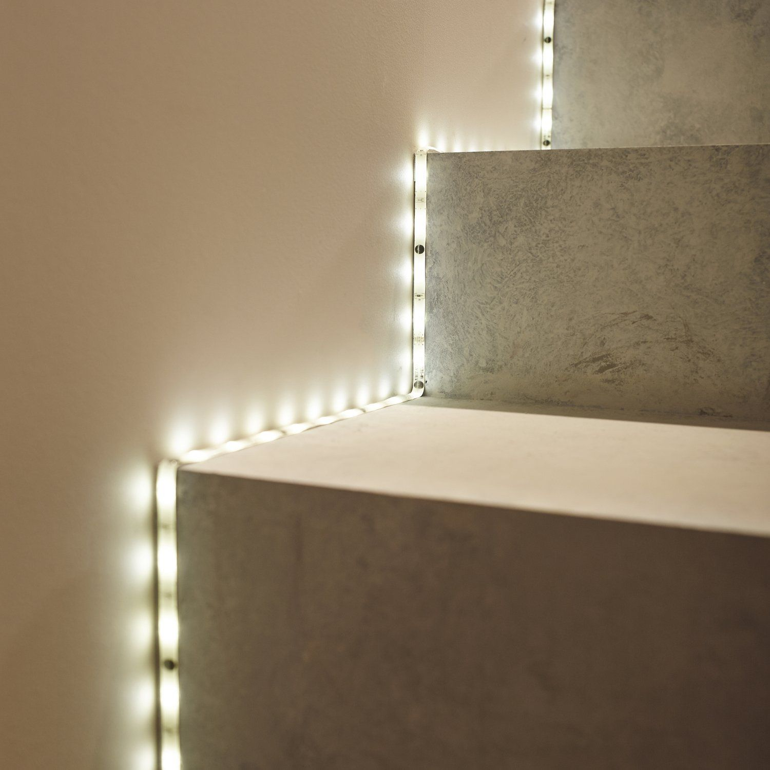Ruban led qui offre une lumi re d 39 ambiance blanche et for Installer ruban led plafond