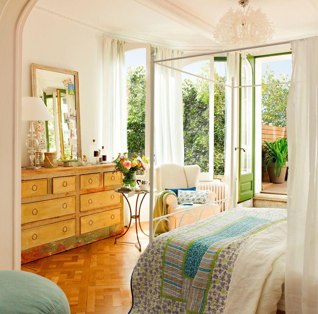5.Dormitorio principal con cómoda vintage y salida al exterior ...