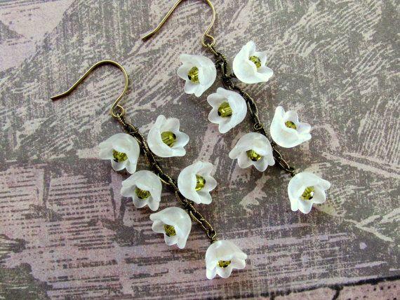 Weiße Lilie Blume Ohrringe, weiß Lucite Blüten, Swarovski Ohrringe ...