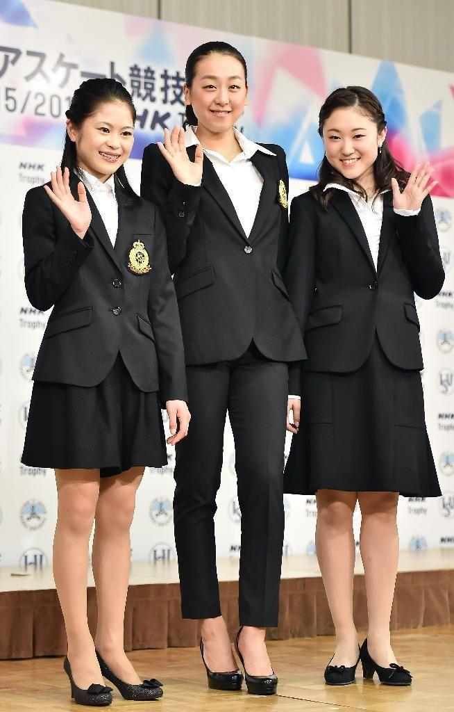 NHK杯国際フィギュアスケート競技大会を前に、会見で笑顔を見せる(左から)宮原知子、浅田真央、木原万莉子=4日、品川