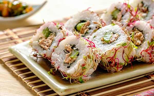Te compartimos una deliciosa manera de preparar sushi con esta receta ¡Tienes que probarla! Sushi de atún, apio, jicama y chiles toreados.