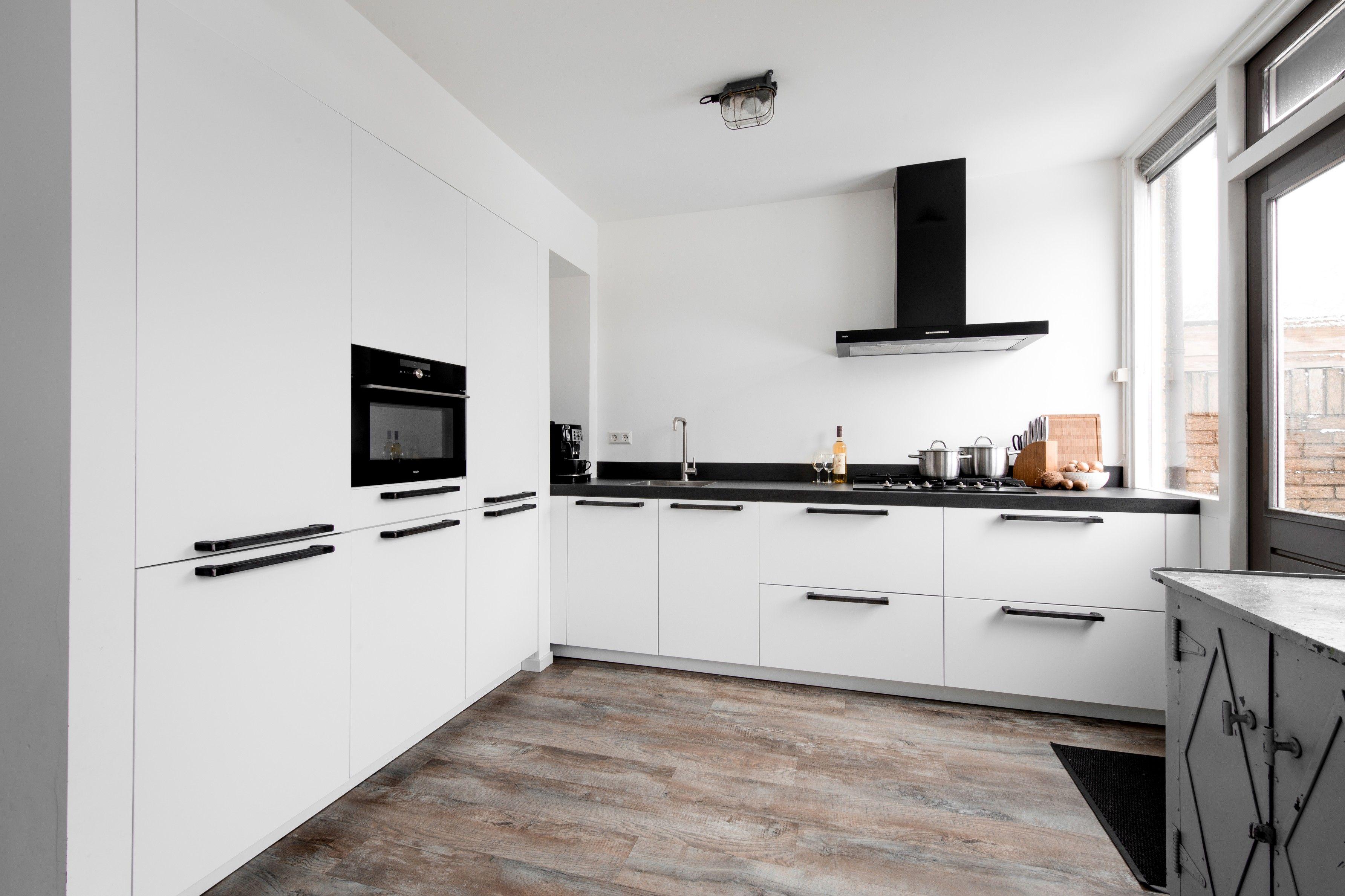 Witte Complete Hoekkeuken.Een Moderne Witte Hoekkeuken Van Middelkoop In Deze Keuken Wordt Op