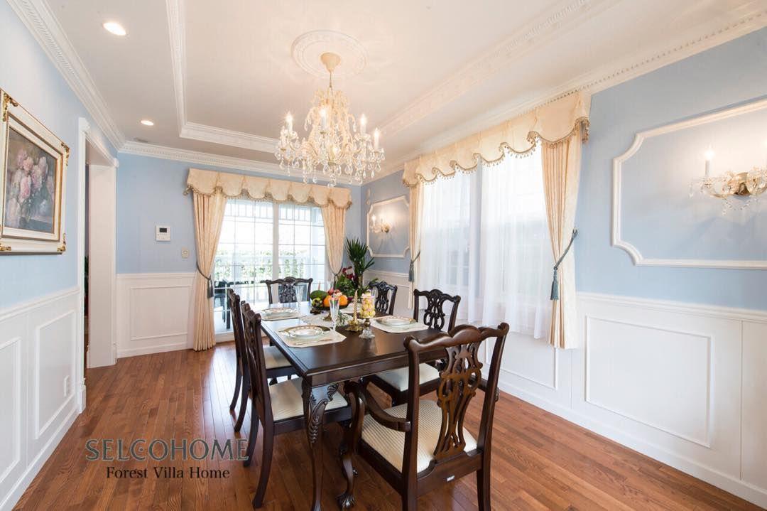 腰壁や折り上げ天井を メダリオンやモールディングで華やかに装飾
