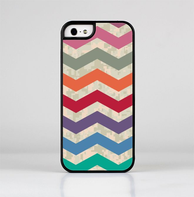 The Retro Chevron Pattern with Digital Camo Skin-Sert for the Apple iPhone 5-5s Skin-Sert Case