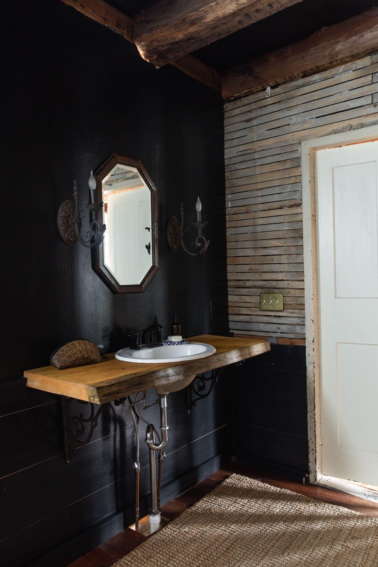 The House That Craigslist Built A Bare Bones Farmhouse In Midcoast Maine Remodelista 1000 Nel 2020 Bagno Nero Parete Nera Idee Di Design