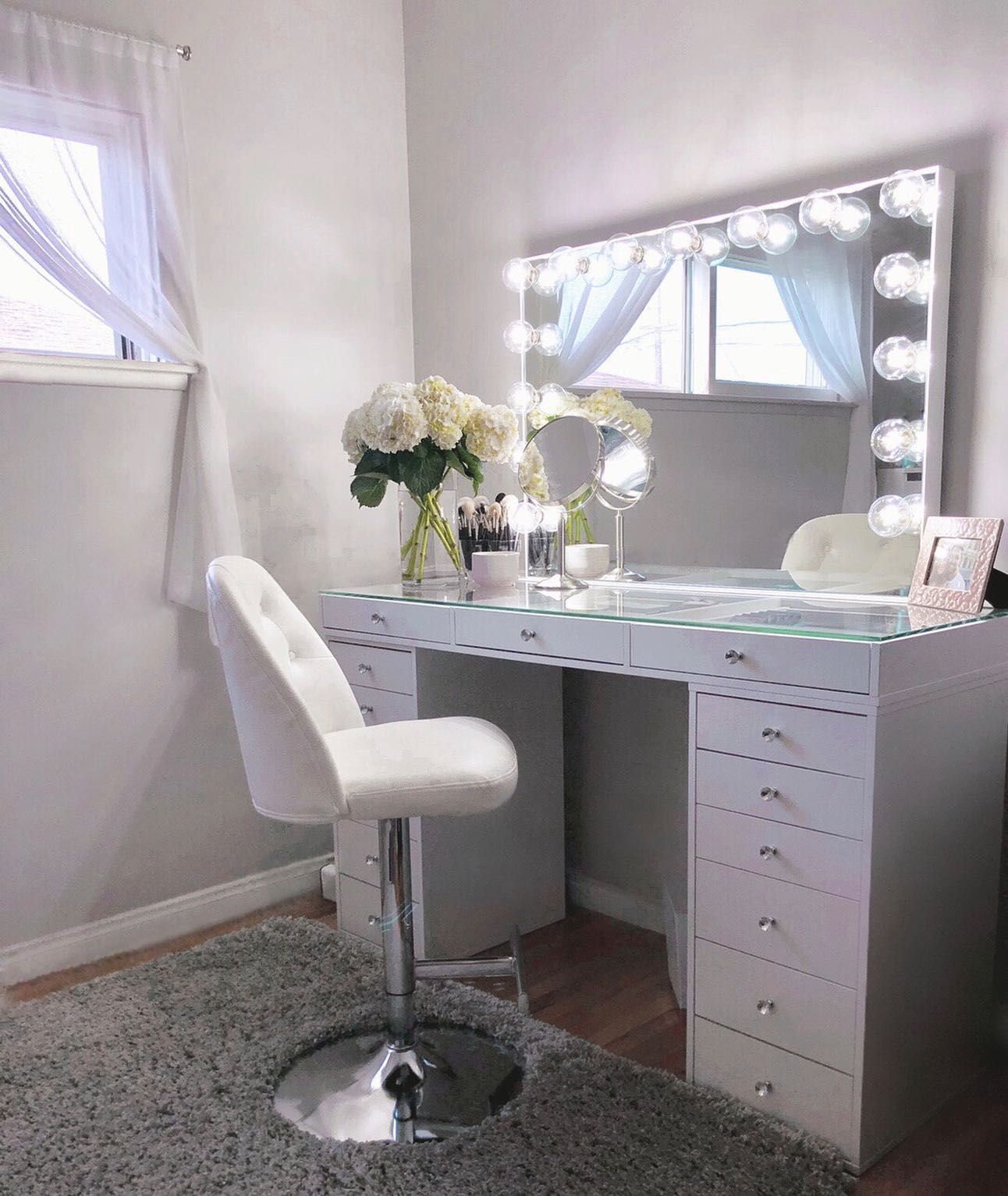 The extravagant Impressions Vanity® Hollywood Glow® Pro