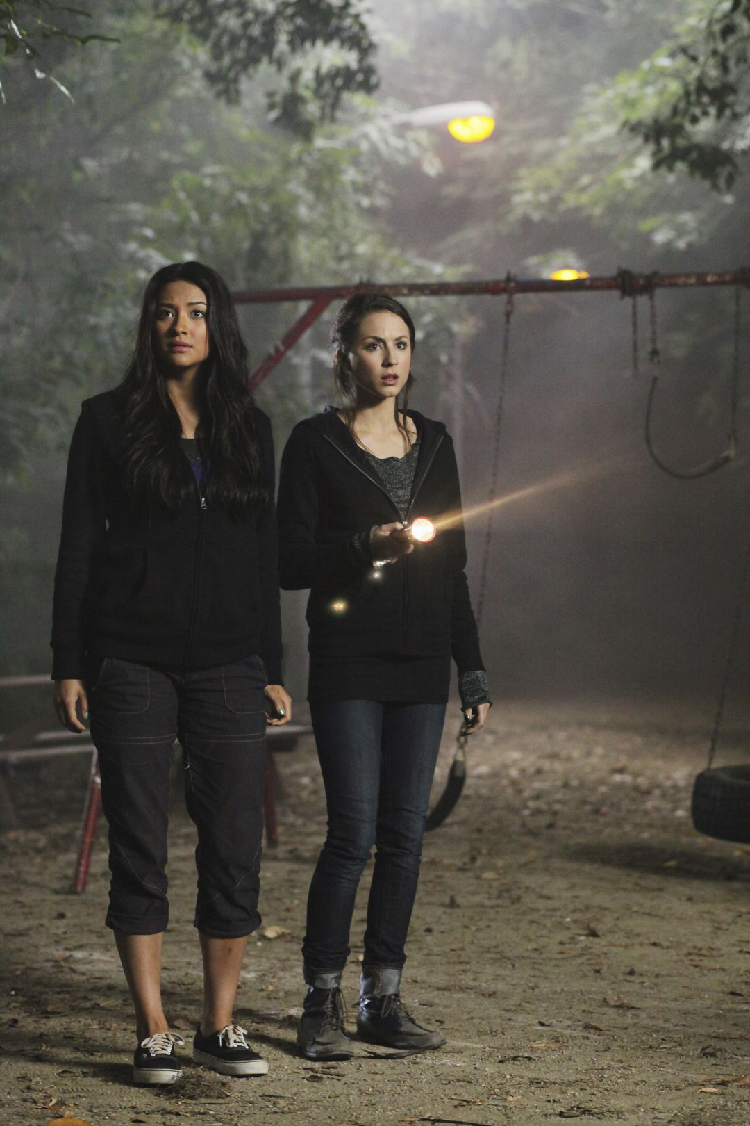 Emily Fields and Spencer Hastings Pretty Little Liars Season 1 Episode 10 Keep Your Friends Close