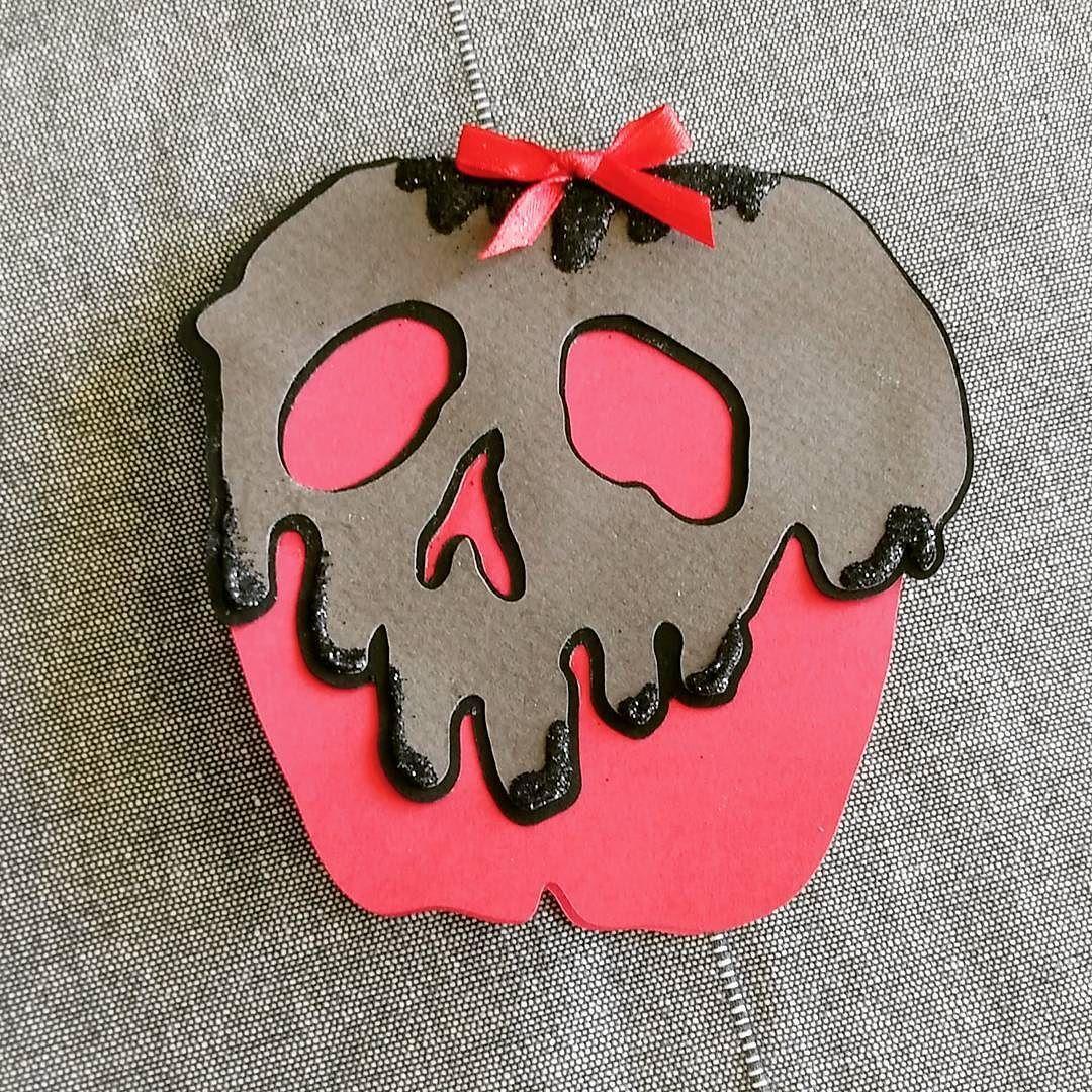 Une belle pomme empoisonnée ! Fichiers de découpe en téléchargement gratuit sur mon blog  http://ift.tt/2wyPq7C  #carterie #cards #halloween #diy  #bonheuresrdanslepapier