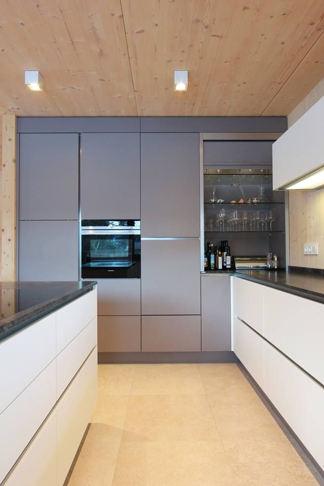 Rolloschrank in der gleichen Farbe wie die Küchenfront