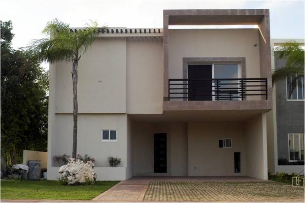 Con amplio jard n al frontal y de m s de 9 metros de for Fachadas de casas de 5 metros de ancho
