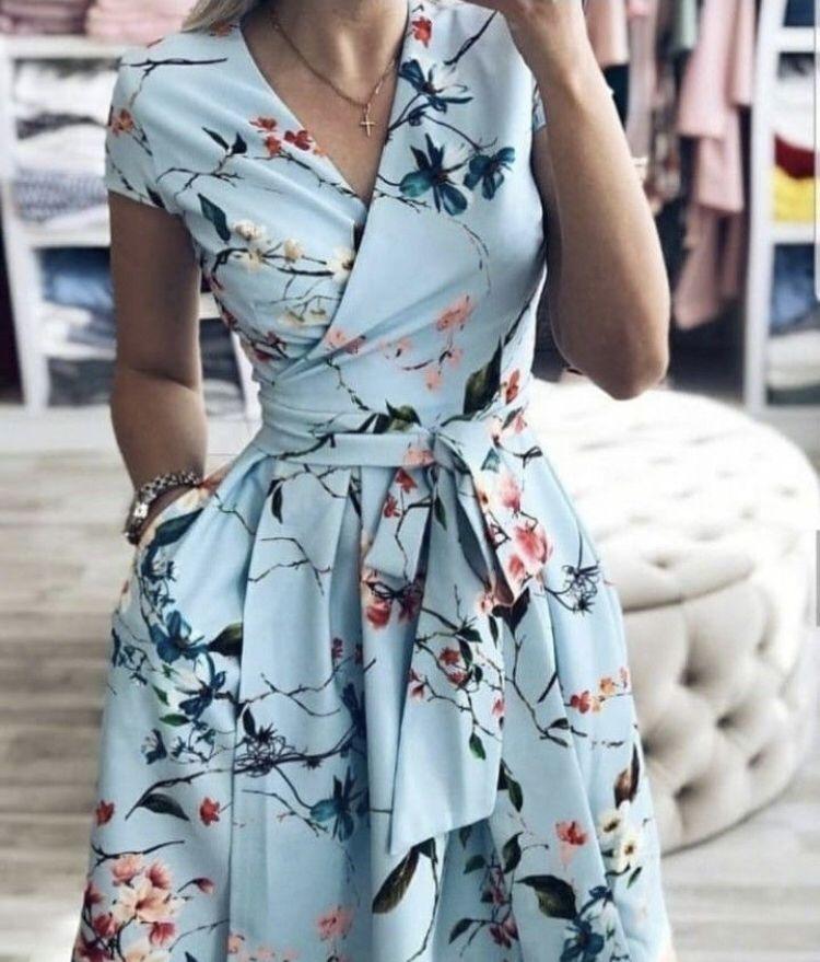 Une Robe Romantique Cache Coeur Et Lacee Autour De La Taille Couleur Bleu Ciel Imprime Fleurs De Cerisie Spring Wrap Dresses Floral Blue Dress Fashion Dresses