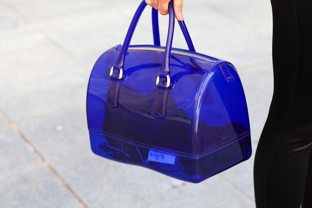 Lolita. Detalle del bolso de PVC, de Furla.