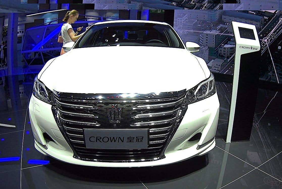 2017 toyota crown vs new toyota camry the largest affordable luxury sedans 4you automanija pinterest