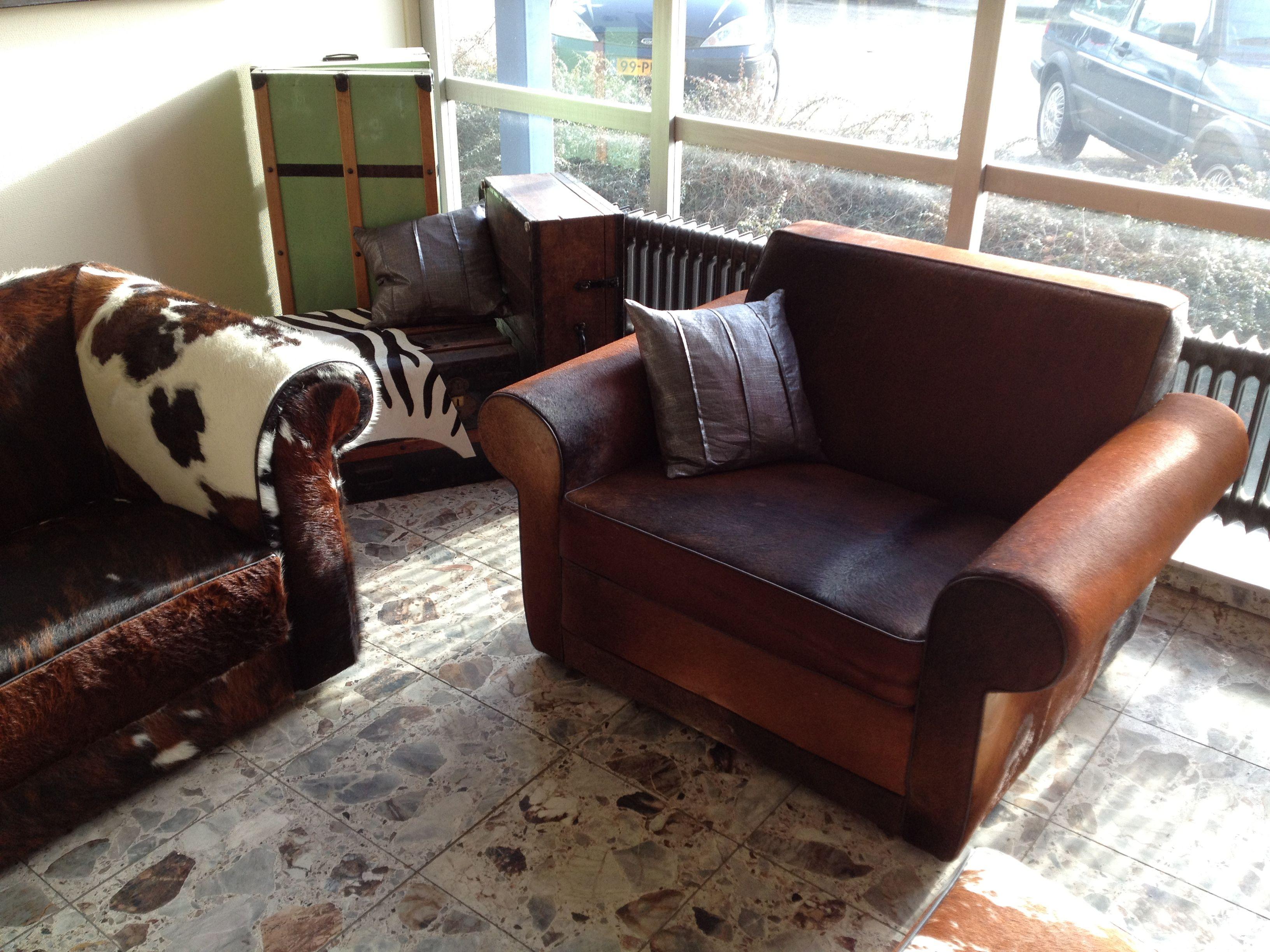 Rover loveseat in bruin met zwart koeienhuid bekleding fauteuils