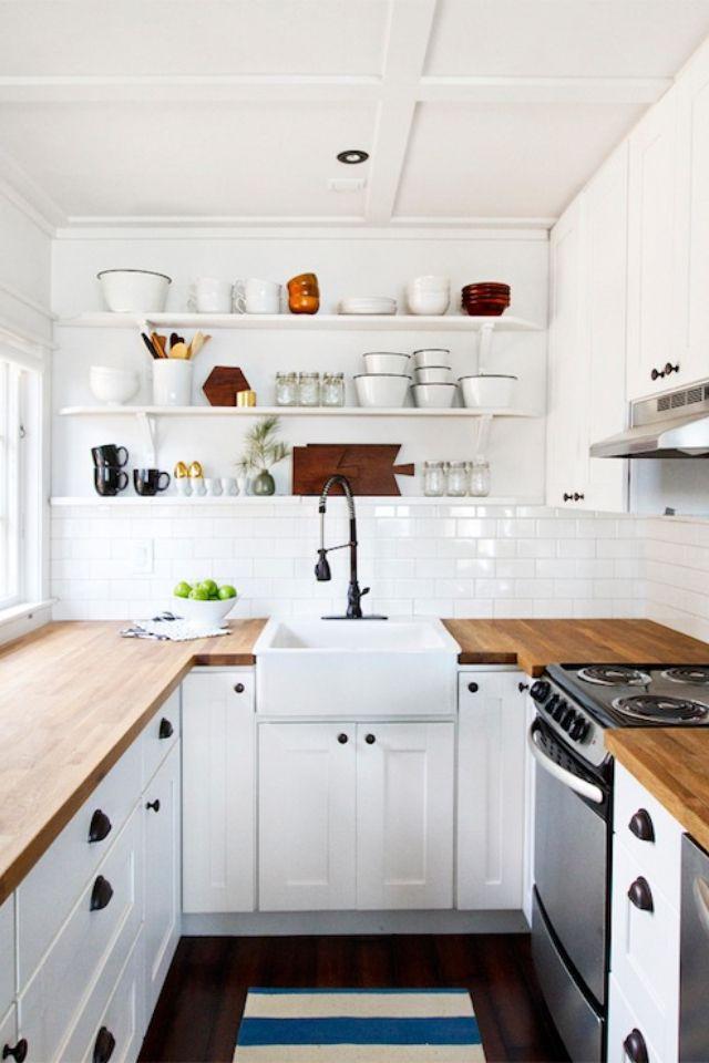 Kapeassa keittiössä avaruutta antaa avohyllystö ja vaalea väri
