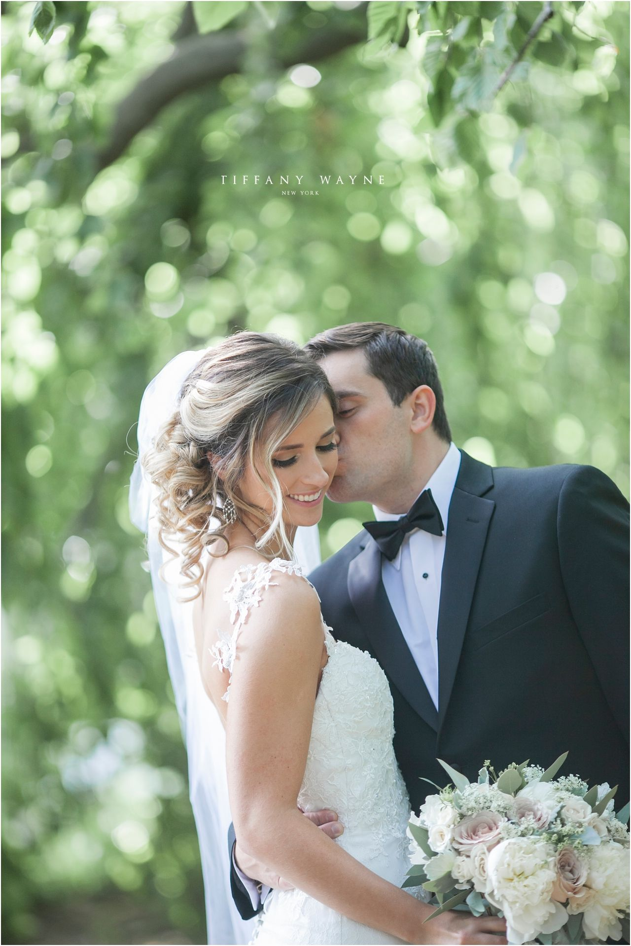 Bride And Groom Wedding Photography Outside Groom Kissing Bride Photos Bride And Groom Outdoor We Bride Photo Wedding Photography Bride Wedding Photography