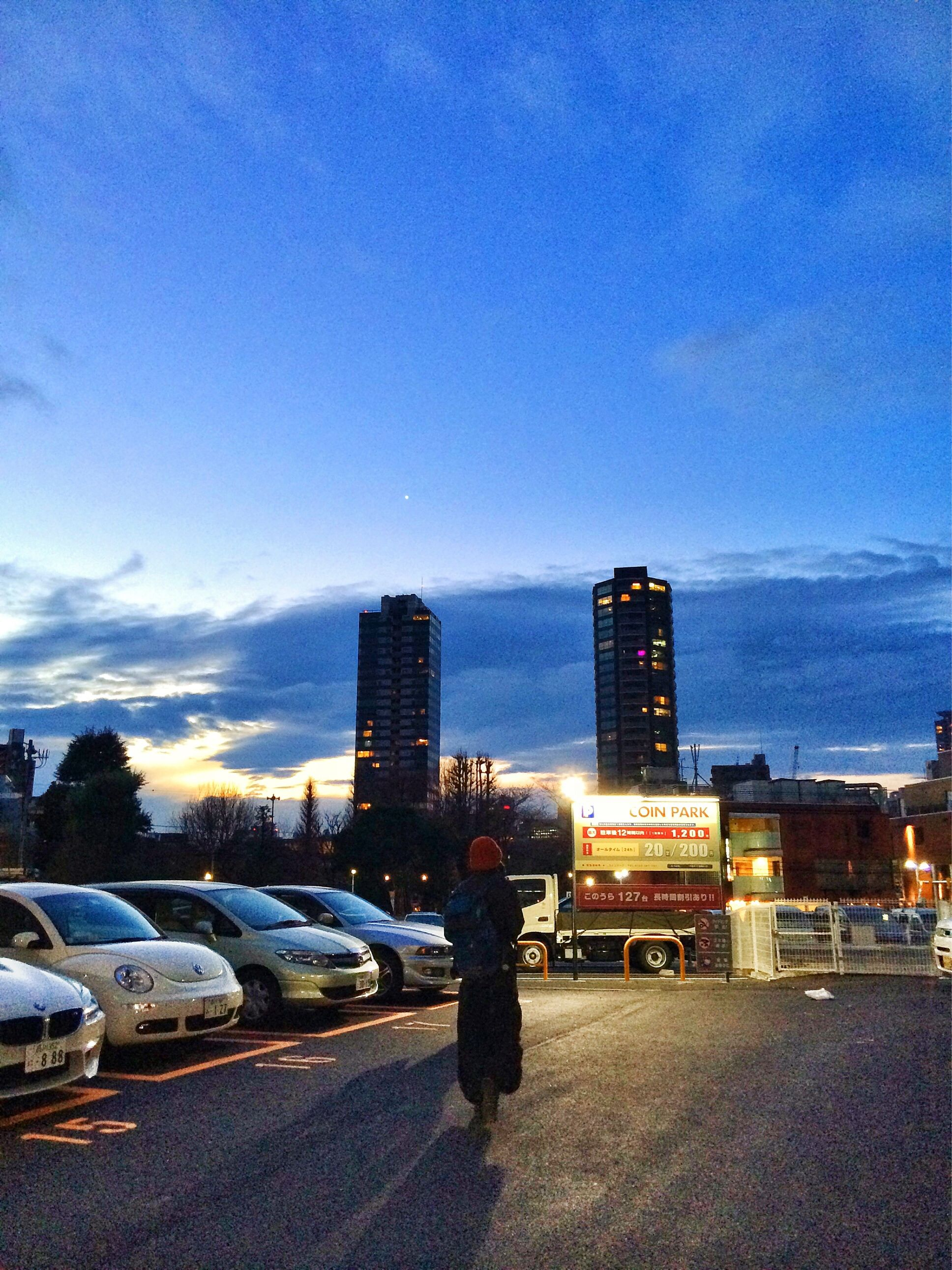 #Roppongi #Tokyo #Japan 六本木の夕暮れ、影が長い。