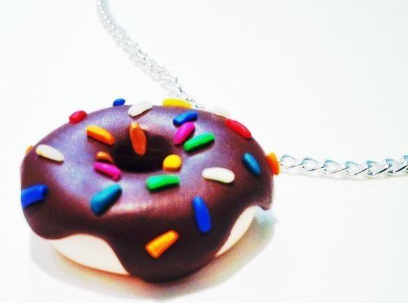 Collar de donut hecho con arcilla polimérica