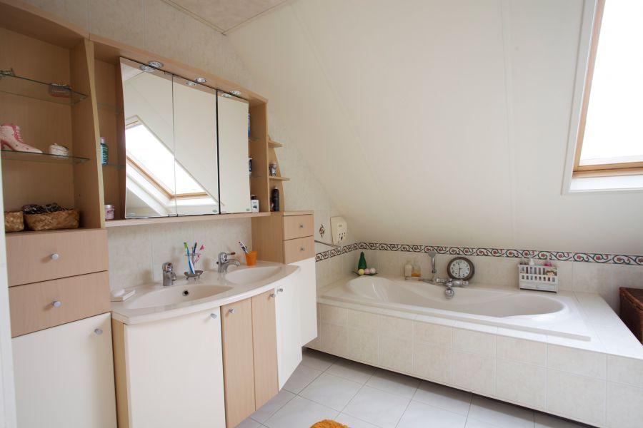 Vanuit de slaapkamer doorgang naar badkamer 16m2 voorzien van ligbad ...