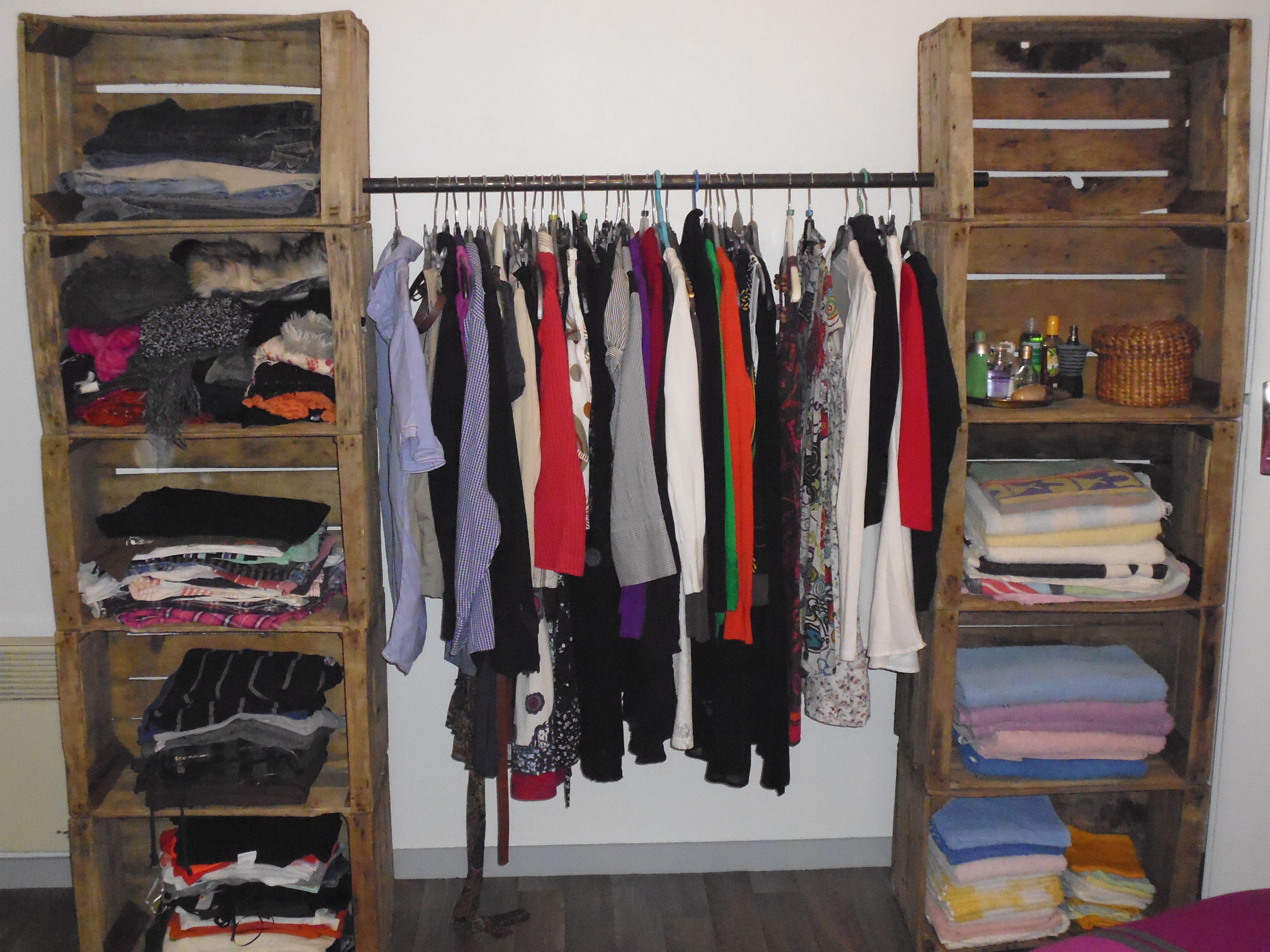 dressing fabriqu avec de caisses en bois decoraci n. Black Bedroom Furniture Sets. Home Design Ideas