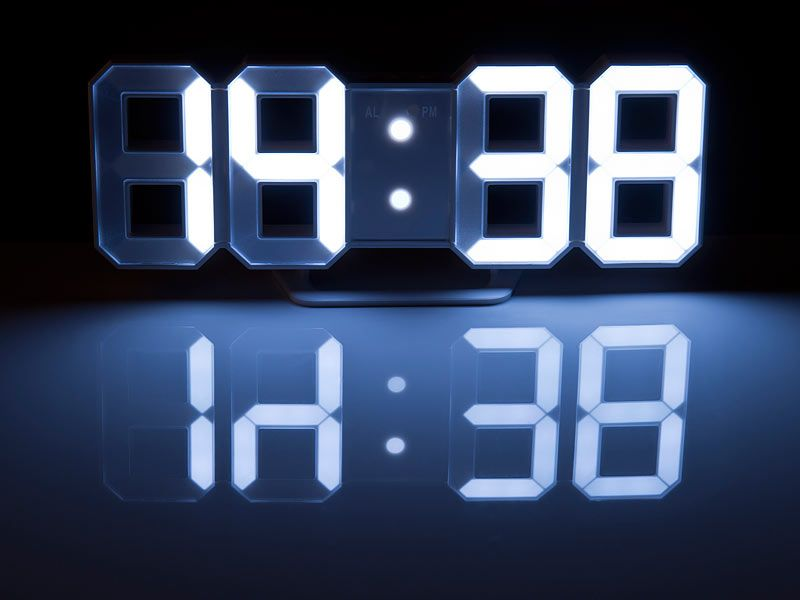 lunartec gro e 7 segment digital led tisch wanduhr dimmbar wecker 21cm lunartec 3d wand. Black Bedroom Furniture Sets. Home Design Ideas