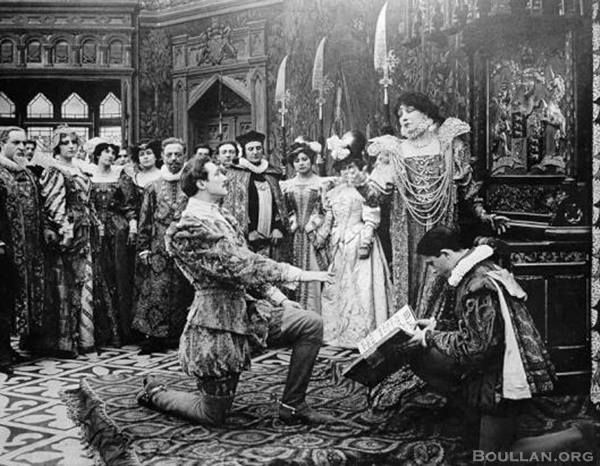 Les amours de la reine Élisabeth (1912)  Filme de curta-metragem francês, conta o romance entre Elizabeth I e Robert Devereux, Conde de Essex. Foi filmado em Paris e estrelado por Sarah Bernhardt (como Elizabeth) e Lou Tellegen (como Essex). Os dois viviam um romance na vida real, e realizaram um segundo filme juntos. A produtora francesa original foi levada a falência durante as filmagens, e o filme foi concluído e lançado em Nova York. O filme foi um dos primeiros a possuir uma trilha…