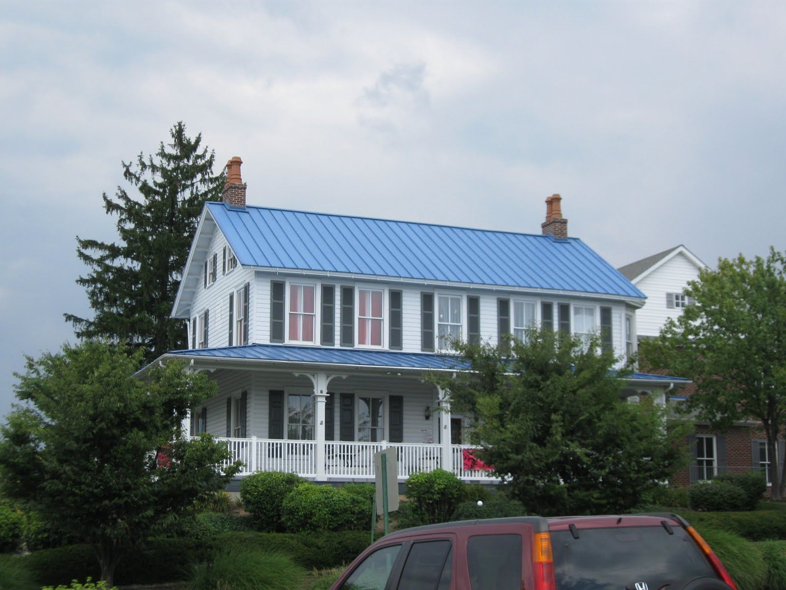 Diy Idea For Old Suitcase Stylendesigns Blue Roof House Exterior Blue Metal Roof Houses