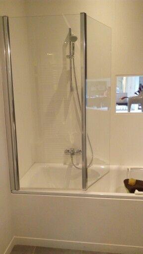 Gekozen bad-douche combinatie met glazen wandpanelen (boven ...