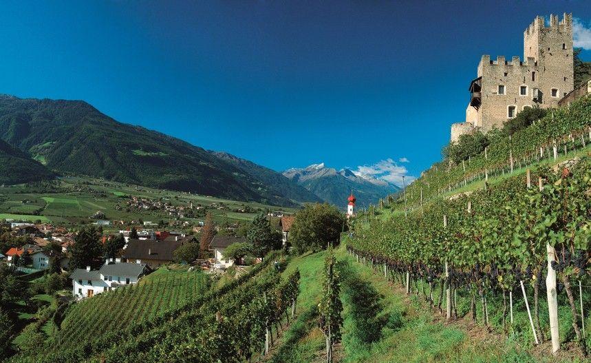 Schloss Hochnaturns umgeben von blauem Himmel