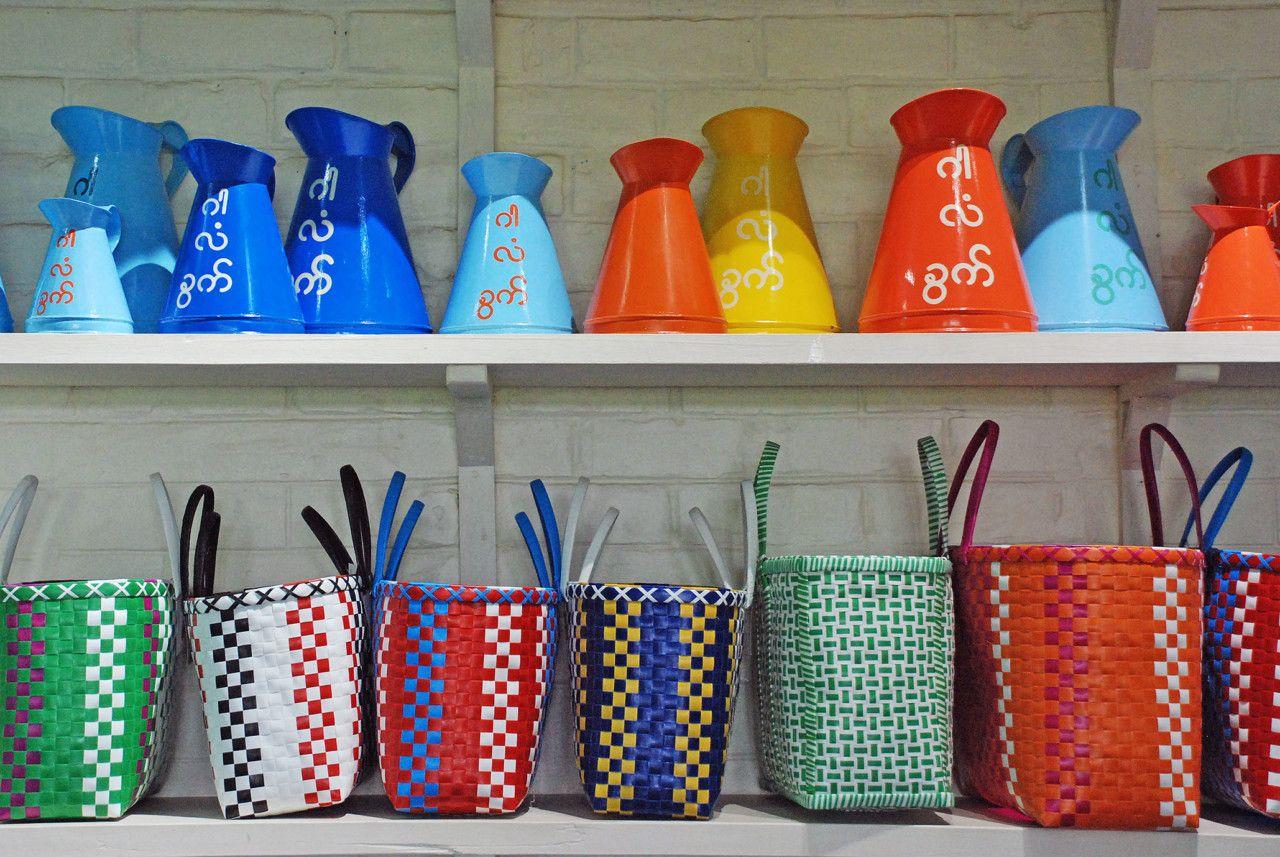 ミャンマー土産といえば 漆器や民族衣装ロンジー ショルダーバッグのようなシャンバッグ 操り人形といった伝統工芸品が有名です しかし 長く鎖国に近い状態にあって観光客もあまり多くなかったため 今ひとつ ミャンマー 操り人形 工芸品