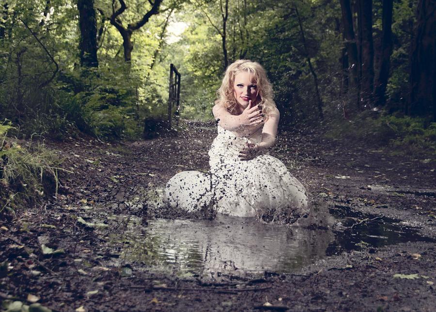в белом платье по грязи видео