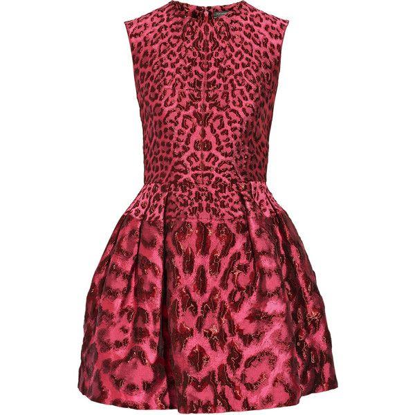 Alexander McQueen Metallic jacquard mini dress (€1.995) ❤ liked on Polyvore featuring dresses, magenta, fitted dresses, loose dress, short loose dress, loose mini dress and burgundy dress