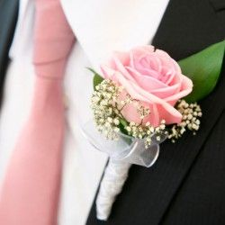 Die Schonsten Anstecker Fur Euren Brautigam Blumenstrauss Hochzeit Hochzeitsanstecker Braut Blumen