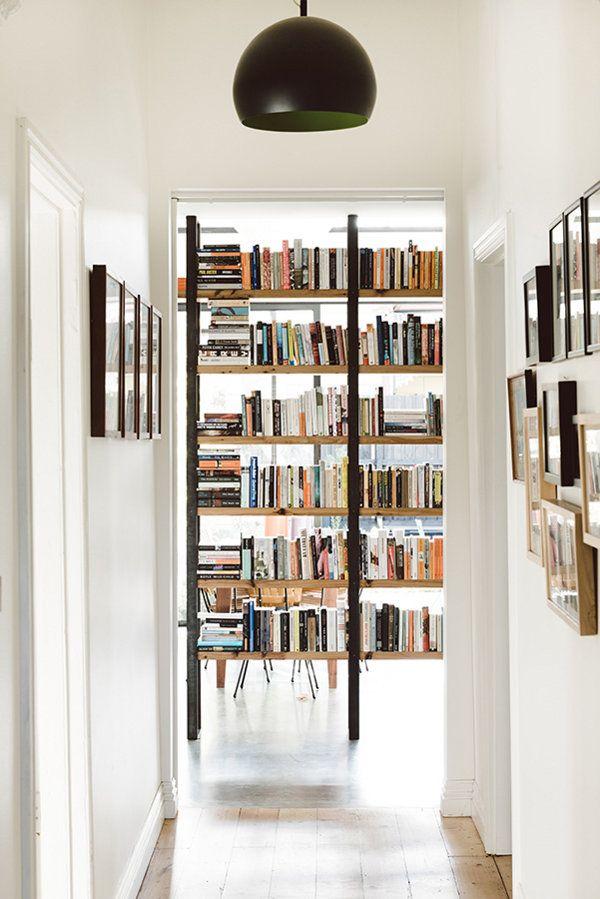 Oud en nieuw verbonden door opvallende boekenkast | roomed.nl (lamp ...