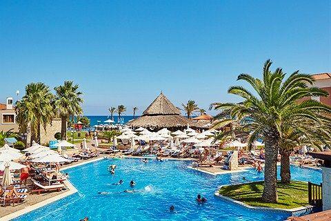 Perhehotelli Blue Village Family Life Creta Paradise by Atlantica Kreetan Geranissa tarjoaa aktiviteetteja, rauhallisempia oleskelualueita ja suuria allasalueita lähellä rantaa.