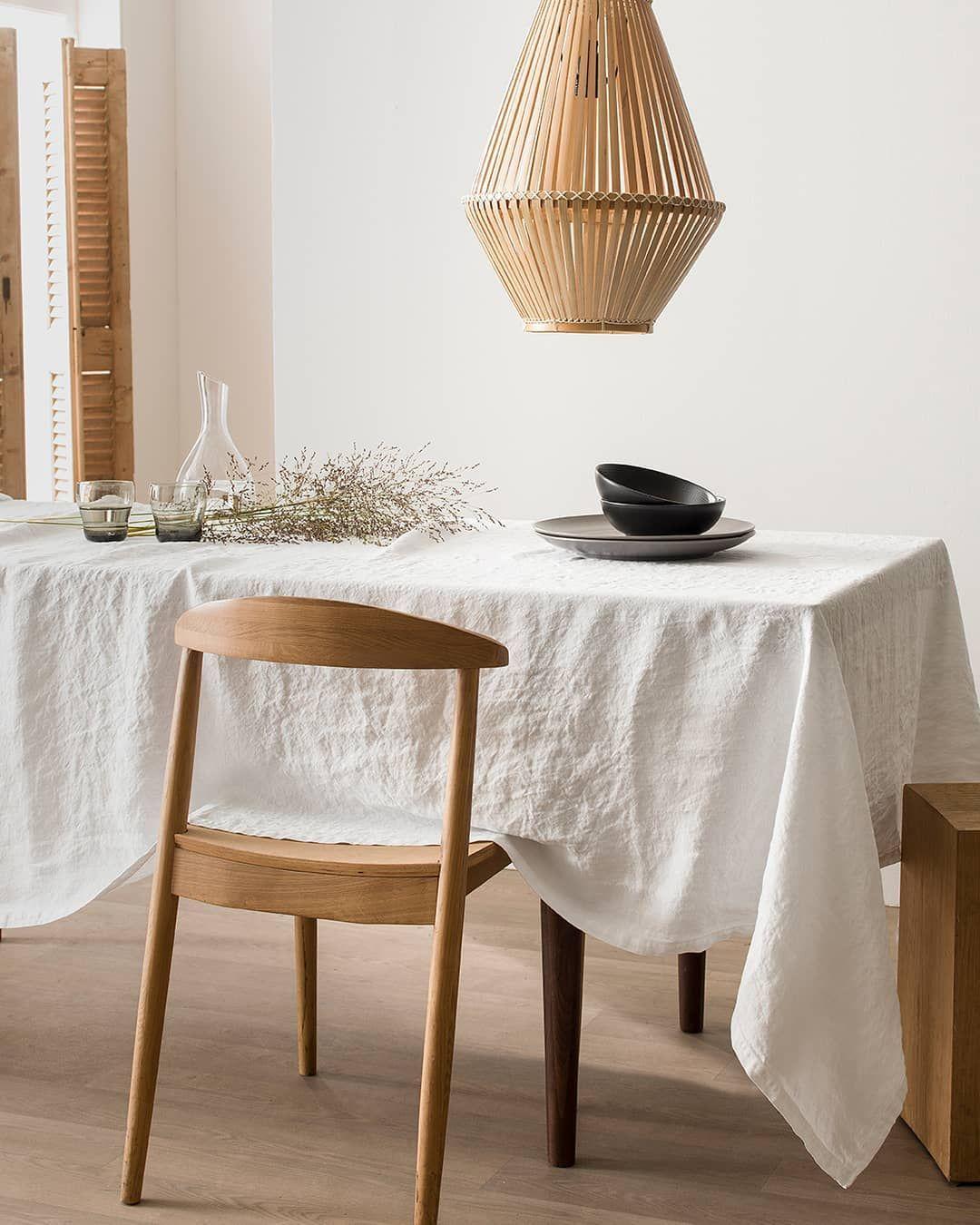 Decoration Sobre Style Japandi Avec Table Simple En Bois Fonce
