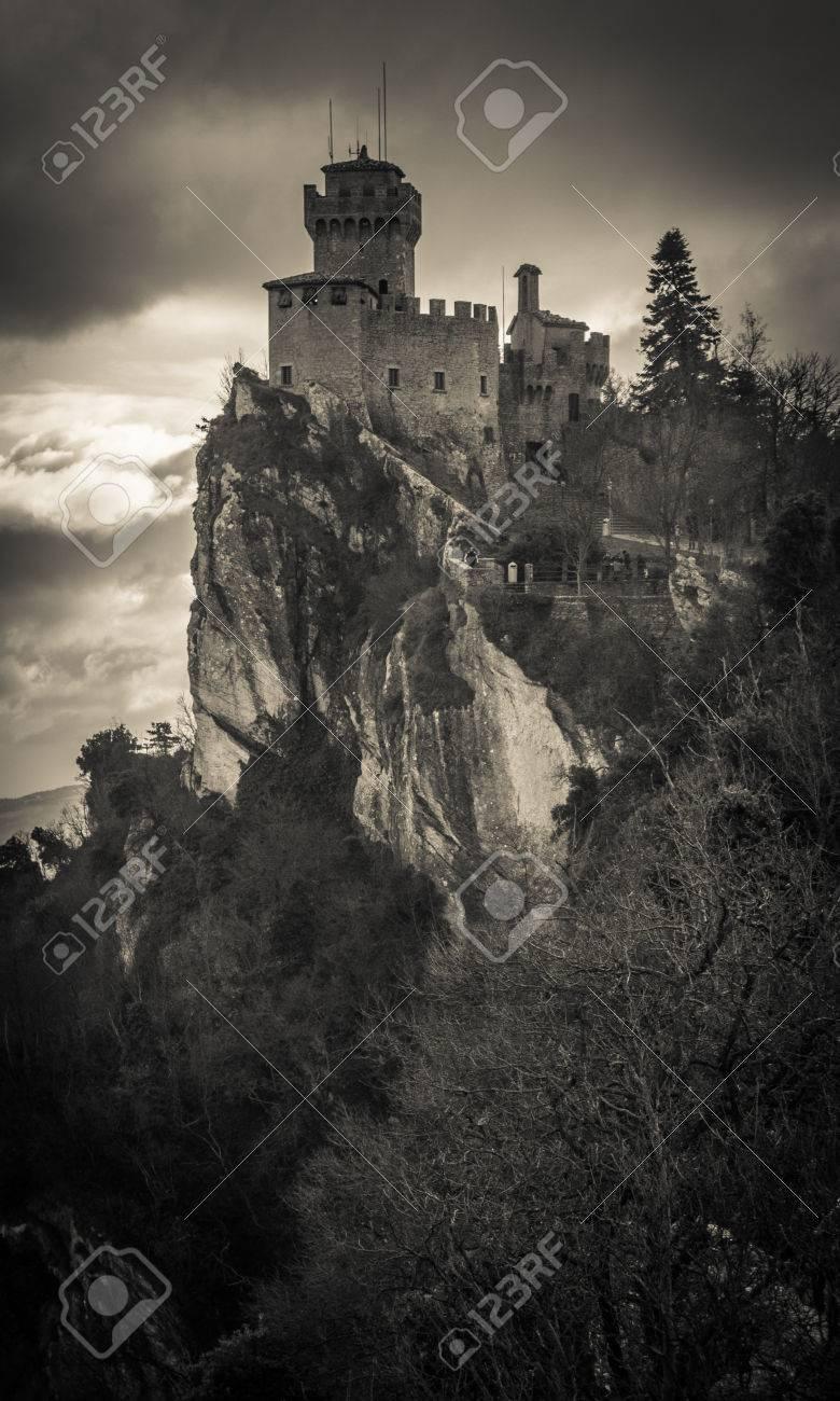Clifftop Striking Vertical Image De Chateau Sombre Dans Le Ciel Banque D Images Et Photos Libres De Droits Image 34 Chateau Sombre Photo Images Banque Image