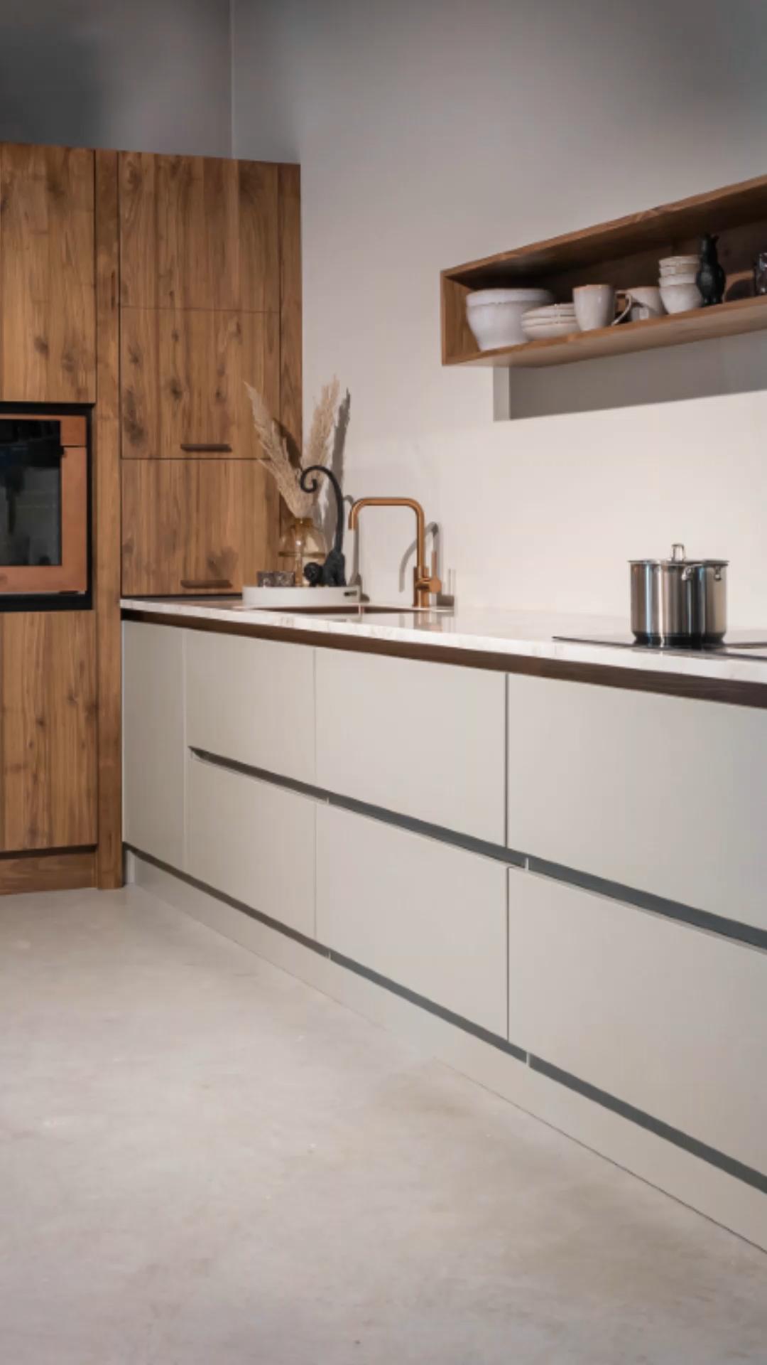 Photo of Strakke en toch warme landelijke keuken met notenhout