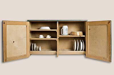 Työtehoseuran kehittämä ensimmäinen astiankuivauskaappi sisältäpäin kuvattuna.