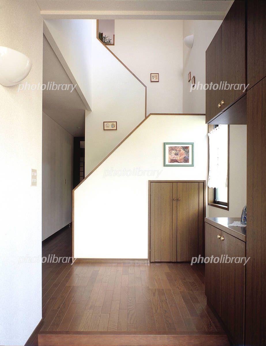 玄関 玄関ホール 階段 写真素材 フォトライブラリーは 日本のストック