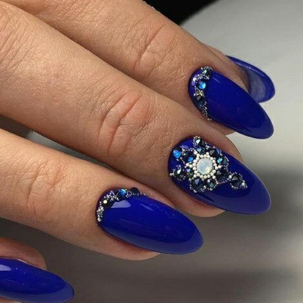 Фото синих ногтей со стразами