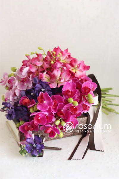 ロザリウム(Rosarium)  ミニ胡蝶蘭とモカラのクラッチブーケ アーティフィシャル