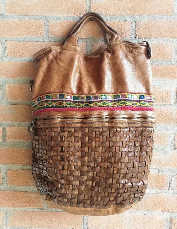 Photo of Grande borsa Vintage color tabacco di pelle italiana lavata, decorata a mano con un ricamo di specchietti Banjara