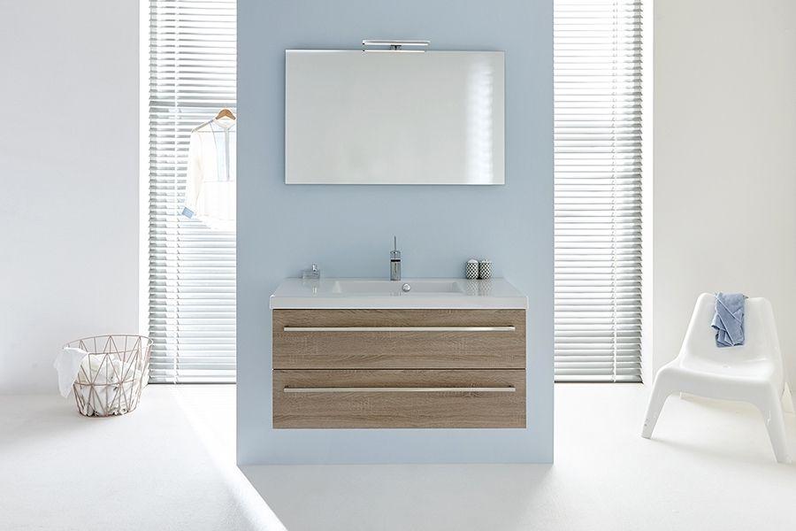 Een frisse, lichte badkamer om van te dromen. De lichtblauwe muur ...